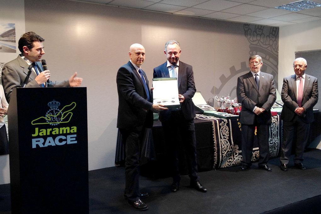 Juan Carlos Esteban recogiendo el trofeo del TRT 2014