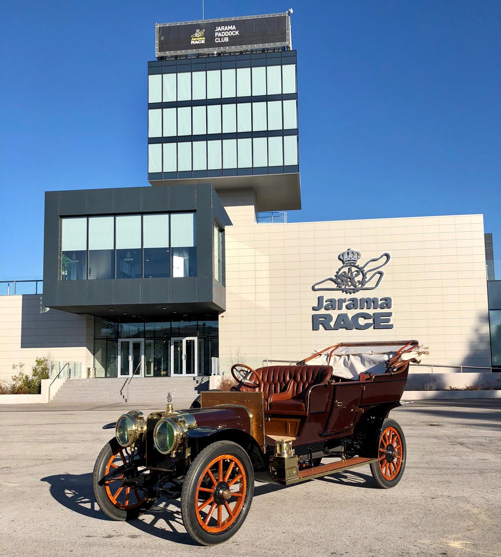 Exposición de vehículos en el Circuito del Jarama