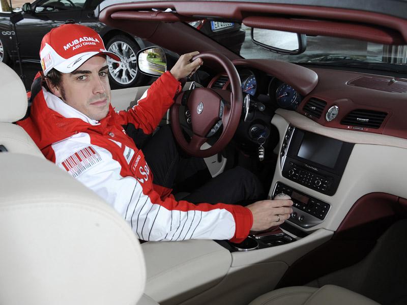 Fernando Alonso posa con el Maserati GranCabrio