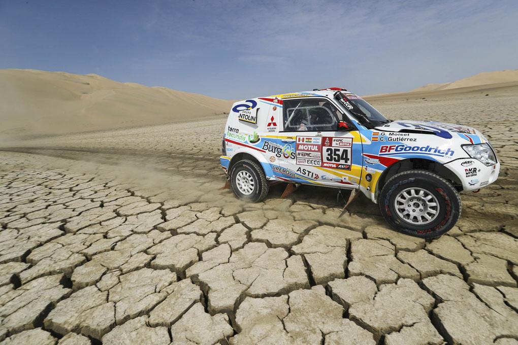Cristina Gutierrez con su Mitsubishi en el Dakar 2018