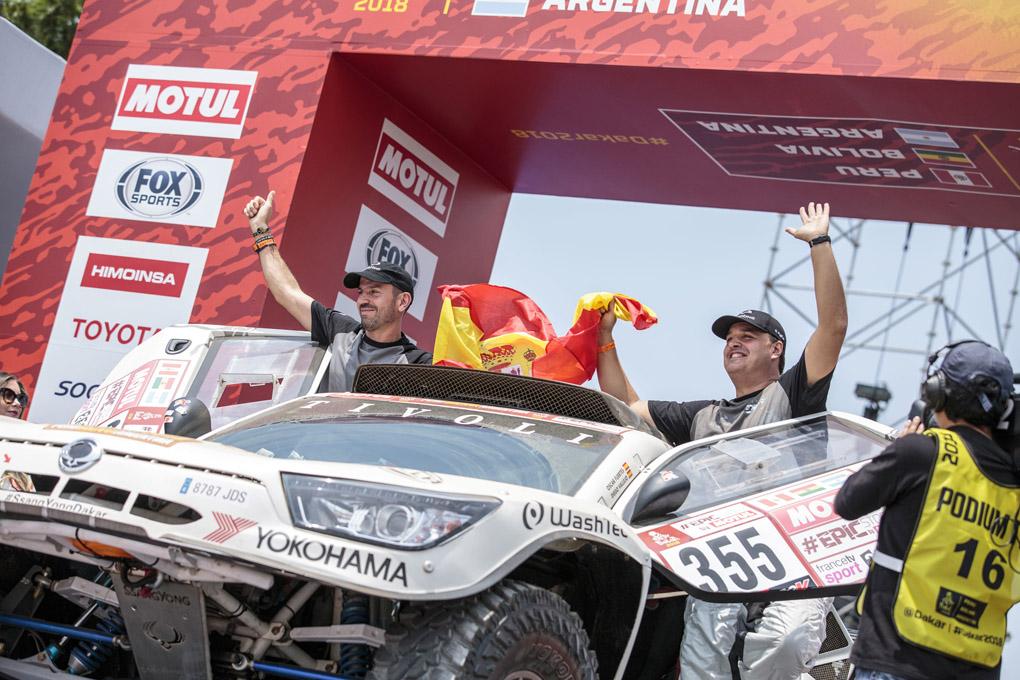 Oscar Fuertes con su SsangYong en el podium del Dakar