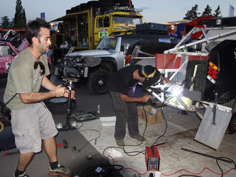 Equipos del Dakar revisando sus mecánicas