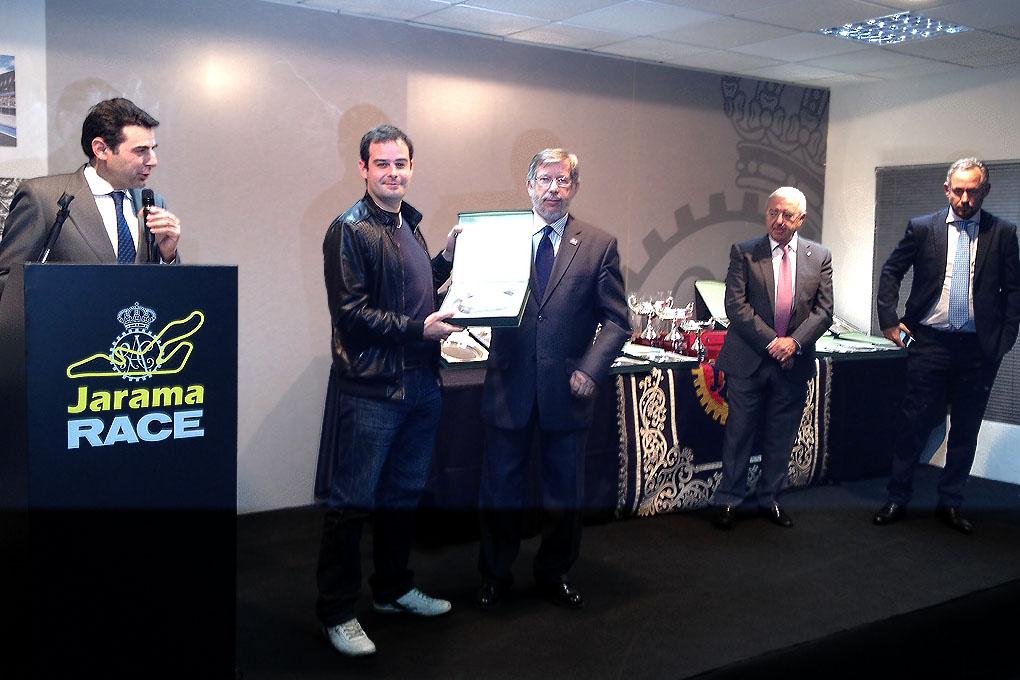 Trofeo RACE de Turismos. Nacho Leirana recogiendo su trofeo.