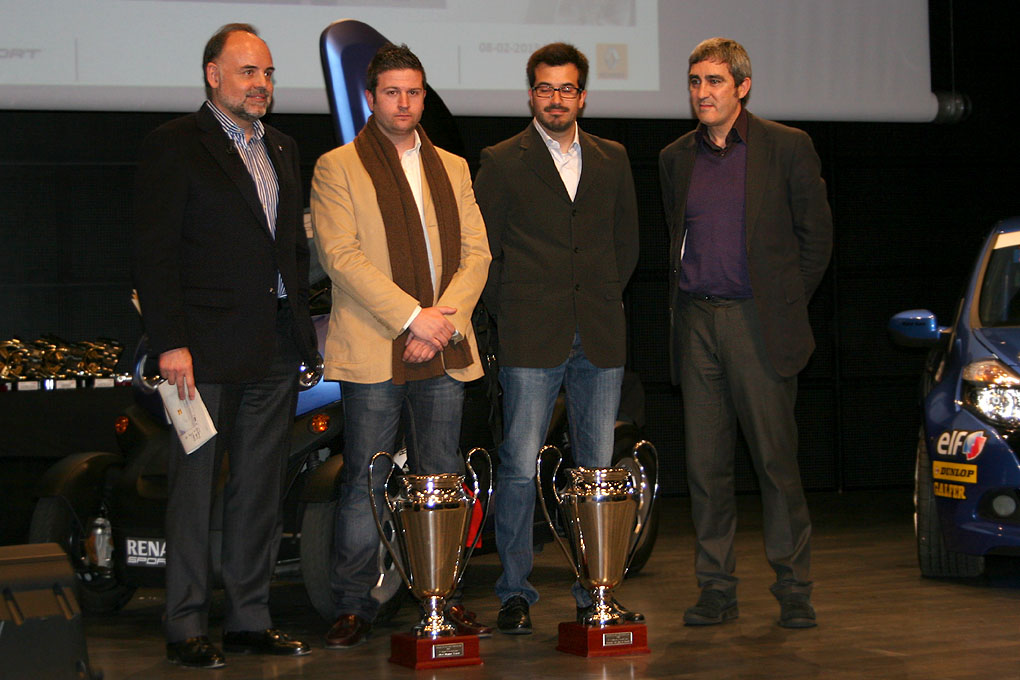 Alberto Monarri y Rodrigo Sanjuan con el trofeo de la Challenge Twingo R2 2012