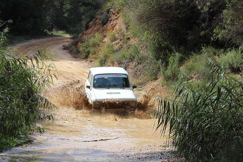 Renault 6 cruzando un rio en el Spain Classic Raid