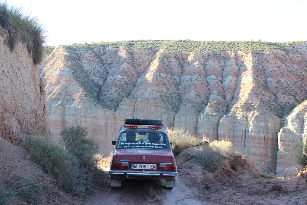 Renault 7 cruzando un desierto en el Spain Classic Raid