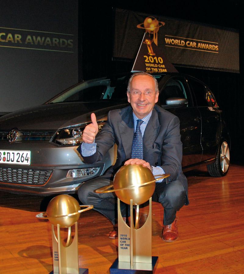 Walter de Silva posa con los premios de Volkswagen